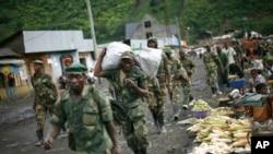 Les rebelles du M23 se retirant des zones de Masisi et Sake à quelque 27 km à l'ouest de Goma, au Congo, 30 novembre 2012.