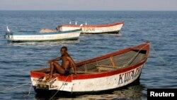 Un pêcheur prépare son bateau sur le lac Malawi, le 14 mai 2008.
