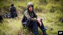 Juliana, une combattante rebelle de 20 ans du 36e Front des Forces armées révolutionnaires de Colombie (FARC), à Antioquia, le 6 janvier 2016,