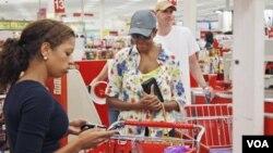 La primera dama de EE.UU., Michelle Obama, también aprovechó para dar el ejemplo y salir de compras en la vecina ciudad de Alexandria, en Virginia.