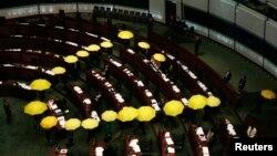Các nhà lập pháp ủng hộ dân chủ cầm dù vàng, biểu tượng của phong trào Chiếm Trung tâm, bỏ về giữa cuộc họp của Hội đồng Lập pháp như là một hành động tẩy chay chính quyền ở Hong Kong, 7/1/2015.