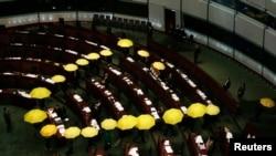 香港民主派议员在会议中途打着黄伞退场(2015年1月7日)