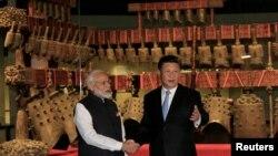 အိႏၵိယဝန္ႀကီးခ်ဳပ္ Modi (ဝဲ) ႏွင့္ တ႐ုတ္သမၼတ Xi Jinping