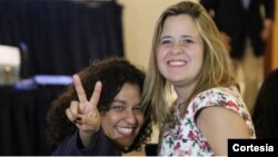 En la imagen, Tamoa Calzadilla y Laura Weffer (Cortesía Twitter)