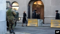 Patroli tentara Belgia dekat sebuah sinagog di pusat kota Antwerp, Belgia, Sabtu, 17 Januari 2015. Tentara bersenjata berpencar dan berjaga-jaga untuk mengamankan kemungkinan teror di Belgia setelah pihak berwenang mencoba menggagalkan serangan yang dilakukan oleo orang-orang yang mempunyai hubungan dengan ekstremis Islam Timur Tengah, sehari setelah razia anti-teror menjaring puluhan tersangka di Eropa Barat. (AP Photo/Virginia Mayo)