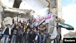 Demonstracije protiv predsednika Asada održane posle današnje podnevne molitve u gradu Kafranbel, nedaleko od Idliba