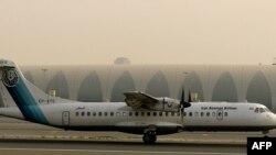 ເຮືອບິນ ATR-72 ທີ່ຜະລິດໃນປະເທດ ຝຣັ່ງ ຂອງສາຍການບິນ ອາເຊມານ ຂອງ ອີຣ່ານ ຈອດຢູ່ທາງແລ່ນ ທີ່ສະໜາມບິນ ດູໄບ, 29 ກໍລະກົດ, 2008.