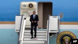 Tổng thống Obama đặt chân xuống sân bay quân sự ở Melsbroek, Belgium, June 4, 2014.