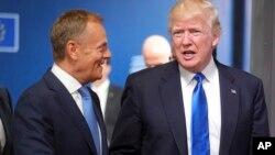Predsednik Evropskog saveta Donald Tusk sa predsednikom SAD Donaldom Trampom pred prošlogodišnji samit NATO-a u Briselu, 27. maja 2017. (Foto: AP/Olivier Matthys)