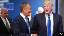 Le président américain Donald Trump salue le président du Conseil européen Donald Tusk à son arrivée à Bruxelles le 25 mai 2017.