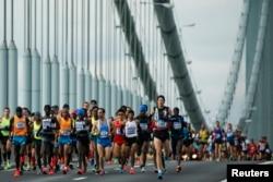 Men's elite runners make their way across the Verrazano-Narrows Bridge during the New York City Marathon in New York, Nov. 2, 2014.