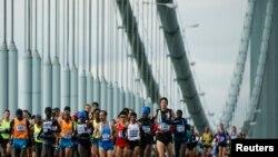 Les coureurs d'élite masculins traversent le pont Verrazano-Narrows lors du Marathon de New York à New York, le 2 novembre 2014.