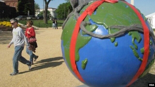 Tiruan bola dunia dalam rangka peringatan Hari Bumi. Penggunaan sumber daya hemat energi adalah satu cara mengurangi polusi (Foto: dok).