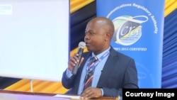 Msemaji wa TCRA Tanzania akiongea na vyombo vya habari.