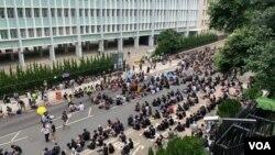2019年6月27日抗議者聚集在律政司入口處(美國之音譚嘉琪拍攝)