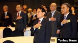 김만복 전 국정원장(가운데)을 비롯한 참석자들이 2일 서울 세종문화회관에서 열린 '10.4남북정상선언 8주년 국제 심포지엄'에서 국기에 경례하고 있다.
