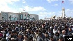 Người biểu tình đòi Thủ tướng Ghannouchi từ chức, nhiều người chỉ trích chính phủ lâm thời vẫn còn nhiều liên hệ với cựu Tổng thống Ben Ali