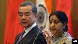 中國外長王毅12月21日訪印度與印度外長資料照。