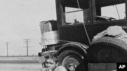 大萧条时期从奥克拉荷马州搬迁到加利福尼亚州的难民在旅途中