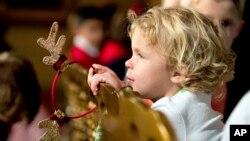 Un niño de familia militar invitado a la Casa Blanca para ver las decoraciones de Navidad.