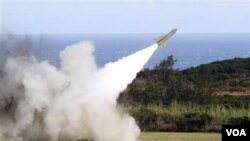 Penembakan misil dari darat ke udara dari pangkalan militer Jiupeng di Pingtung County, Taiwan (18/1/2011). AS mengatakan akan terus menjual senjata ke Taiwan.