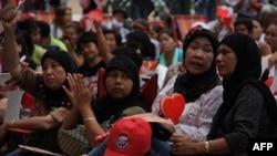 Kızıl gömlekli protestocular arasında Müslümanlar da bulunuyor