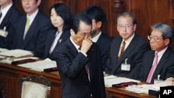 Japanese Prime Minister Naoto Kan reacts as he leaves the plenary session at the lower house, after surviving a no-confidence motion over his response to Japan's massive tsunami and ensuing nuclear crisis in Tokyo, June 2, 2011