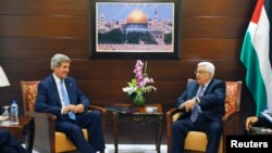 د امریکا د باندنیو چارو وزیر جان کیري د جمعې په ورځ د فلسطین د جمهور ریْس محمود عباس سره په رمالا کې وکتل
