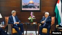 Ngoại trưởng Mỹ John Kerry (trái) hội đàm với Tổng thống Palestine Mahmoud Abbas tại thành phố Ramallah ở Bờ Tây, ngày 19/7/2013.
