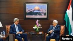 ລັດຖະມົນຕີຕ່າງປະເທດ ສຫລ ທ່ານ John Kerry (ຊ້າຍ) ພົບ ປ.ປາແລສຕາຍນ໌