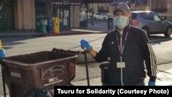 Anh Lâm thu dọn rác trên đường phố ở Oakland, California, một trong những hoạt động tình nguyện mà anh tham gia kể từ khi được thả khỏi trại giam của Sở Di trú hồi tháng 12/2019.