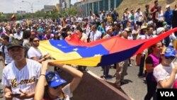 Unjuk rasa menentang Presiden Maduro di Caracas, Venezuela, April 6,2017 (VOA)