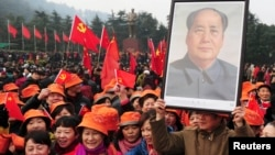 众多毛粉2013年12月26日在韶山纪念毛泽东120岁生日