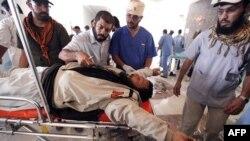 Một chiến binh thuộc lực lượng chống ông Gadhafi bị thương trong trận giao tranh ở Sirte đang được chữa trị tại một bệnh viện dã chiến