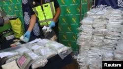 Polisi memperlihatkan sebagian barang sitaan hasil operasi pemberantasan narkoba dari sebuah kawasan industri, di markas besar polisi di Malaga, Spanyol, 25 Oktober 2018. (Foto: dok).