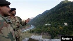 Dua tenatara Pakistan mengawasi kawasan perbatasan dengan India di Chakothi, Kashmir-Pakistan (foto: dok). Pakistan mengatakan tentara India telah menewaskan seorang tentaranya.