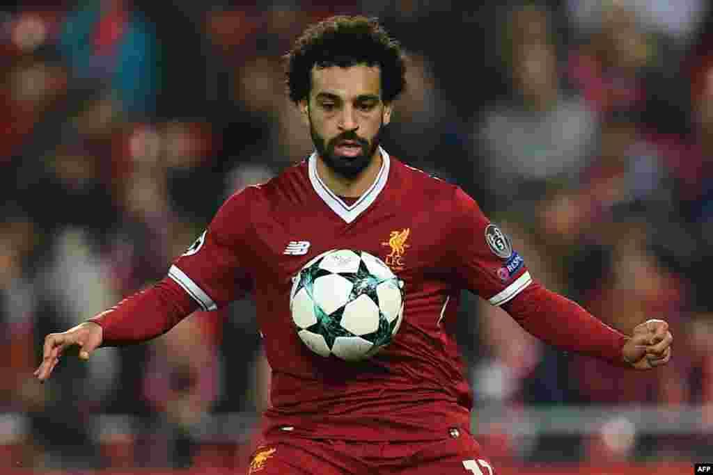 Le milieu de terrain égyptien de Liverpool Mohamed Salah contrôle le ballon lors d'un match de football entre Liverpool et le NK Maribor à Anfield, le 1er novembre 2017.