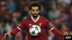 Mohamed Salah controlant le ballon lors d'un match entre Liverpool et Maribor à Anfield, Liverpool le 1er novembre 2017.