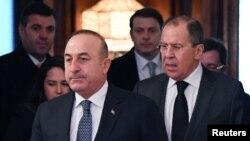Ngoại trưởng Nga Sergei Lavrov (phải) và người tương nhiệm Thổ Nhĩ Kỳ Mevlut Cavusoglu tiến vào sảnh khi họ hội kiến ở Moscow, Nga, ngày 20 tháng 12, 2016.
