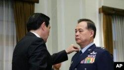 马英九授予雷玉其空军二级上将(资料照片)
