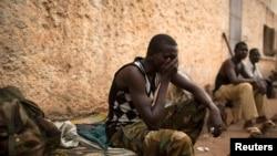Un homme assis dans le camp RDOT en Kilomètre 11 (PK11), où quelques-uns des derniers combattants ex-Séléka restants ont trouvé refuge, gardés par l'Union africaine et les forces de maintien de la paix français dans la capitale Bangui, 14 mars 2014. REUTERS / Siegfried Modola