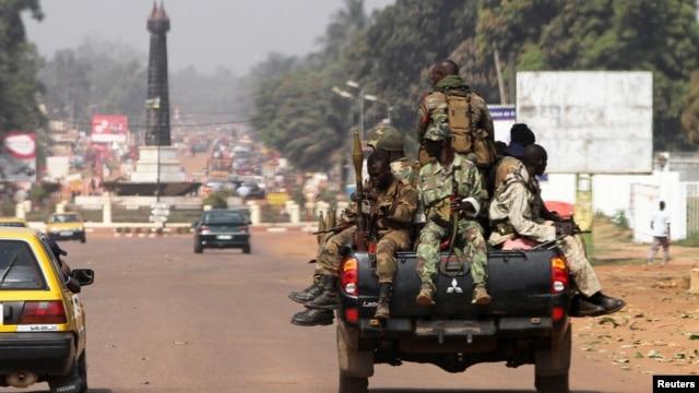 Tentara pemerintah Republik Afrika Tengah melakukan patroli di ibukota Bangui (1/1).