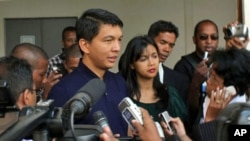 Madagascar's leader Andry Rajoelina speaks to the press after casting his vote at a local polling station in Antananarivo, 17 Nov. 2010. He vowed not to resign after a group of military officers said they had taken over the island nation.