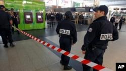 一位法國軍人在巴黎拉德芳斯購物區巡邏時遭刺傷脖子﹐警方在現場調查。