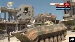 5일 시리아 정부군이 반군 점령지 쿠사이르를 탈환한 가운데, 정부군 탱크가 쿠사이르 도심에 진입했다. 헤즈볼라 소유 TV가 5일 방송한 화면.