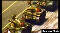 挡坦克青年(美国之音国符翻拍)