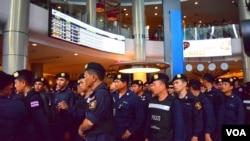 6月1日泰国警察在曼谷一家购物中心待命