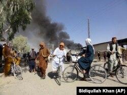 Asap mengepul setelah pertempuran antara Taliban dan personel keamanan Afghanistan, di Kandahar, barat daya Kabul, Afghanistan, Kamis, 12 Agustus 2021. (Foto: AP/Sidiqullah Khan)