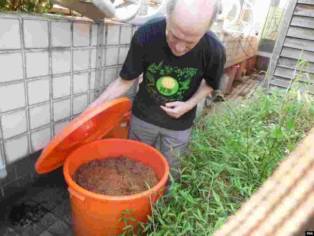 塑料桶中的陈年人粪堆肥在文鲁彬眼中等同黑色黄金。(美国之音赵婉成拍摄)