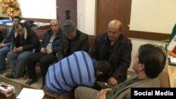 بوسه محکوم به اعدام بر دست پدر مقتول